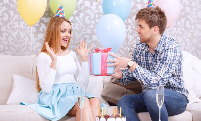 Merginai dovanojama dovana