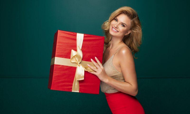 Moteris ir dovana